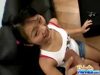 角質 小 保姆 evelyn shows 離 她的 屁股 和 fingers 深