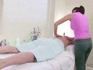 Stranger seducción masseuse a joder en masaje parlour.