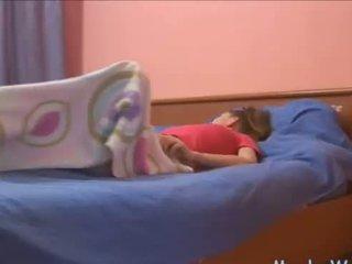 Sleepy підліток rubbing її клітор