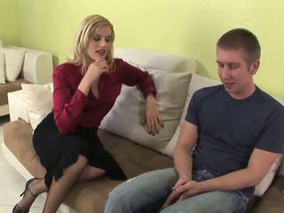Seductive blond milf gives fantastisch blowjob