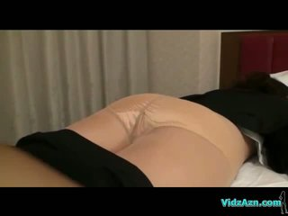 Krūtainas meitene uz zeķbikses getting undressed kamēr guļošas vāvere licked un fingered par the gulta