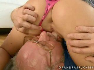 Gyönyörű tini baszás kívánós nagypapa