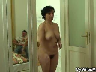 Son-in-law drills haar oud harig vastgrijpen