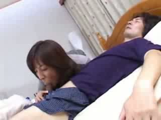 Japonská maminka sneaks do husbands bratranec lůžko video