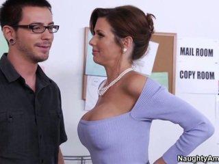 Learning no viņa krūtainas boss