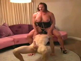 Female bodybuilder dominates člověk a gives ho výstřik