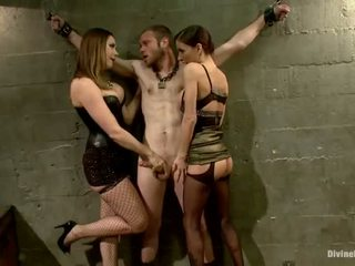 Oustanding meat stok dude dominated in dame dominantie en pegging prestatie door 3 nymphs