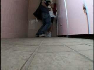 Fiatal tini molested tovább schooltoilet