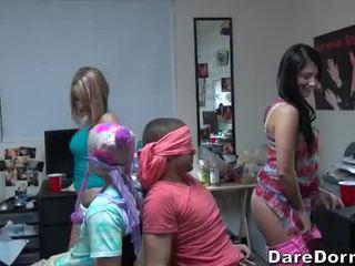 Universidade meninas vendada o guys e gave eles lap dance