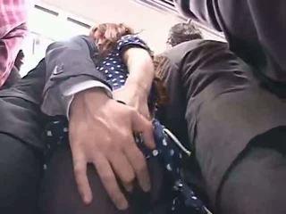 Officelady haparoi sisään a juna
