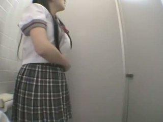 Studentas dulkinimasis į viešumas tualetas