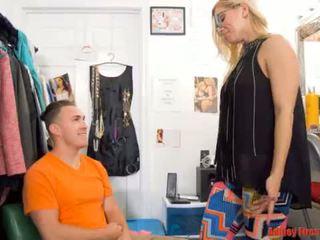 Mamma works ved en stripping klubb (modern tabu familie)