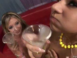 정액 lover amy brooke 과 친구 enjoys a sip 에 cocktail 유리 filled 와 정액