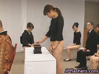 Asiatisk jenter gå til kirke halv naken