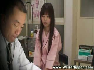 Introvert asiatico in doctors ufficio per breast controllare su
