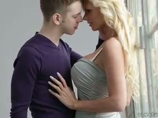 Stupéfiant blonde canapé baise
