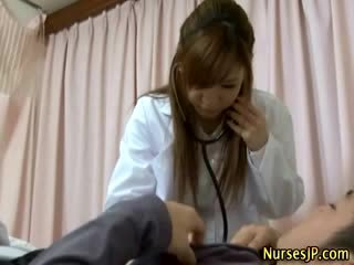 Pacients gets grūti kā aziāti medmāsa examines