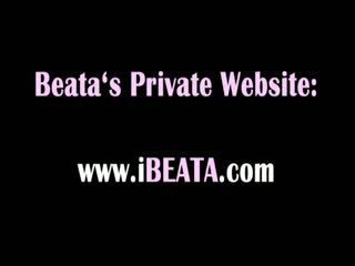 Beata likes ea când greu și dildo în bum