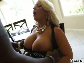 Prsnaté blondýna alura jenson gets ju veľký prsia stroked a humped