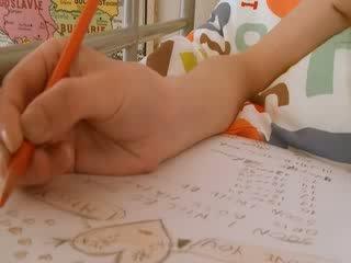 נוער תלמידת בית ספר doing hole homework
