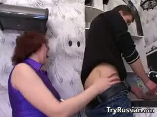 Ryska mor wants en ung kuk