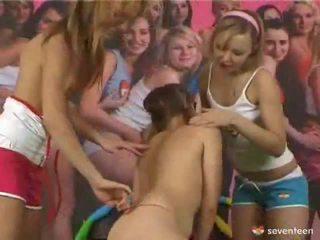 3 meitenes un a belt par