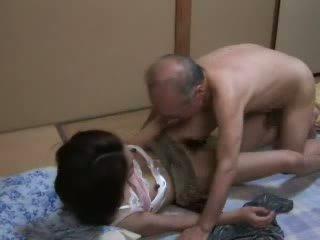 Japanska morfar ravishing tonårs neighbors dotter video-