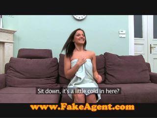 चेक ब्रुनेट comes को the fake agent के लिए काम