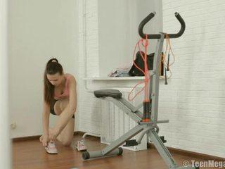 Langsing remaja puts pada senaman clothes dalam gym