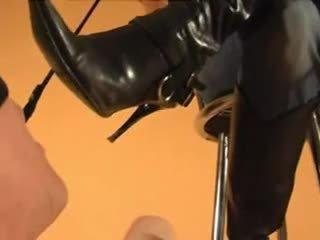 奴隸 licks goddess' 臟 靴子 clean, boot 崇拜