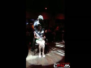 A birthday lány gropes male stripper alatt előadás nál nél club