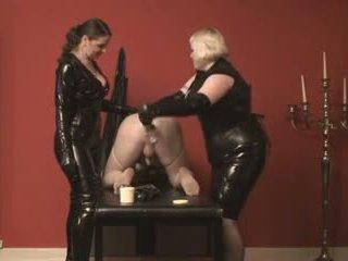 Motër skllav fisted nga 2 mistresses