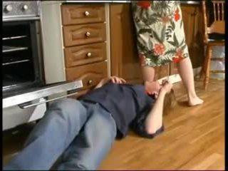 Russo mamma e un giovane plumber