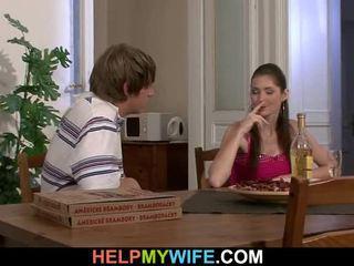 Alt mann pays ein pizza person bis bump seine teenaged ehefrau
