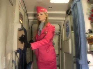 Agréable blonde hôtesse suçage bite onboard