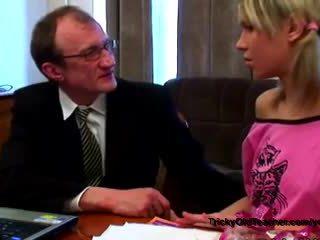 الروسية تلميذة مع مرح niples seduced بواسطة tricky قديم معلم في له appartment