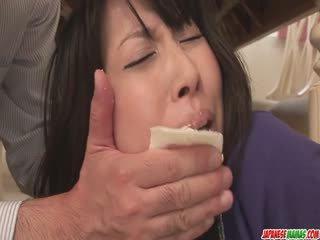Husmor chihiro kitagawa chokes på en kuk