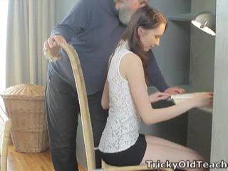 Tricky oud leraar: gelukkig oud leraar fucks haar lief kut hard.