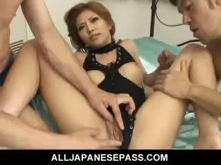 Schön japanisch mädchen akane hotaru takes two cocks bei die