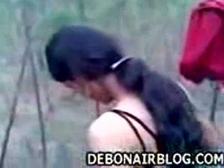 Indiškas mergaitė stripping nuogas outdoors getting pasiruošęs