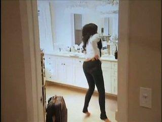 Kim kardashian flashes kanya oustanding suso at plump butas ng puwit while sa sopa