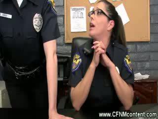 The policija frisk jim za grobo dongs da suck na pri the postaja