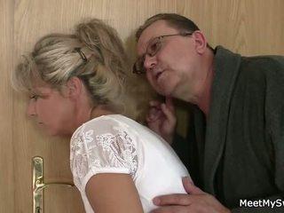 그 leaves 과 늙은 parents seduces 그의 yummy gf