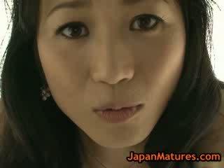 Ázsiai érett natsumi kitahara vetkőztetés