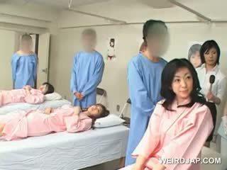 Asiatique brunette fille blows poilu shaft à la hôpital