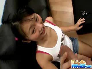 Възбуден малък детегледачка evelyn shows край тя дупе и fingers дълбоко