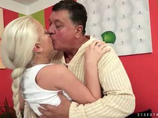 Дядо и тийн блондинки enjoying неприятен секс