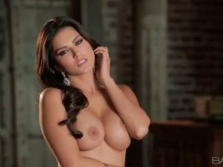 Curvaceous Sunny Leone rubs her pussy