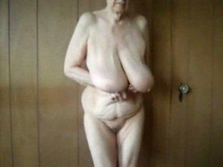 80 gads vecs vecmāmiņa ar liels saggy bumbulīši