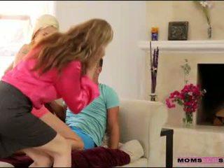 繼母 julia ann helps stepson 和 gf